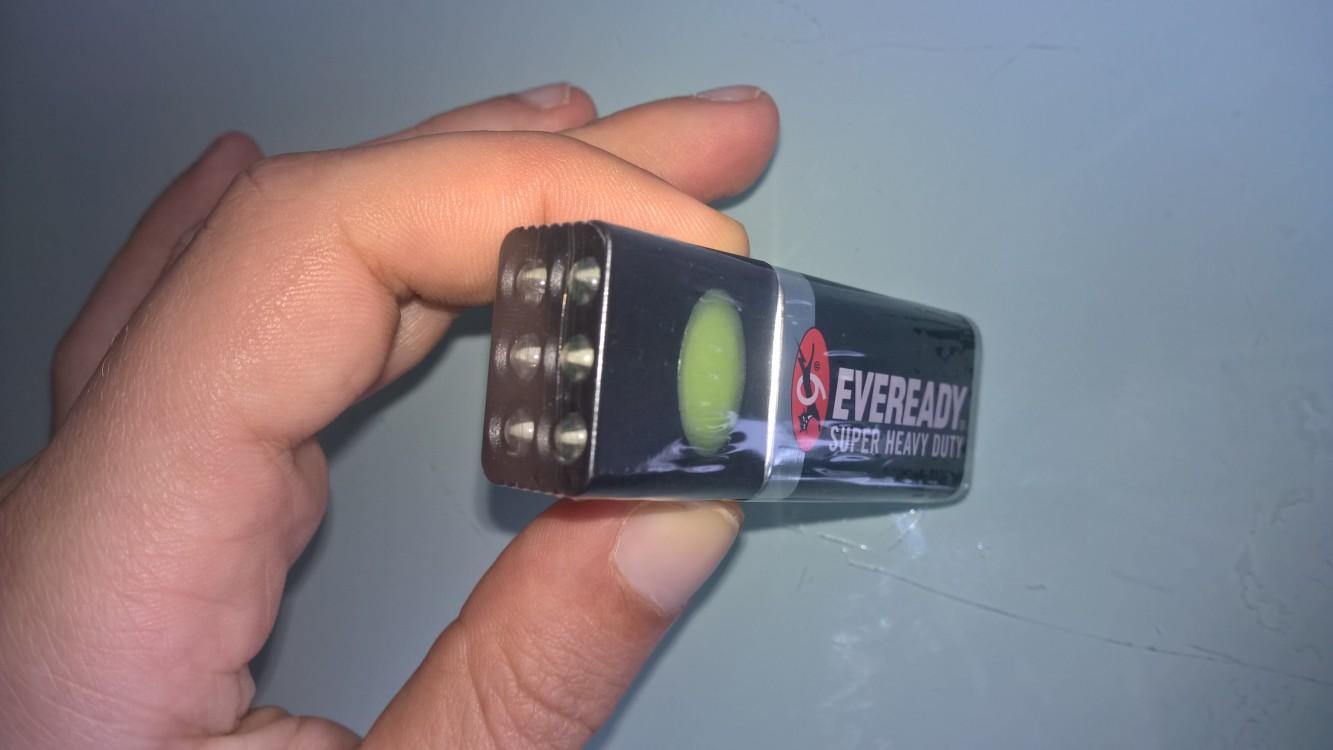 Was mir sehr gut am Produkt gefällt ist die geringe Größe von gerade einmal (7 × 1,5 × 2,5 cm) und das niedrige Gewicht von 39 g. Beim Bau der Lampe wurden auf unwesentliche Dinge verzichtet, leider gilt dies auch für eine Ummantelung der Batterie. Denn bei Nichtbenutzung (wie es häufig bei Taschenlampen der Fall ist) kann die Batterie auslaufen. Dabei wird die Batteriesäure (Schwefelsäure) freigesetzt. Was dazu führt, dass Stoffe mürbe werden und nach der Wäsche Löcher entstehen, es ist sogar möglich das es anfängt zu kokeln. Auf der Haut kommt es zu Rötungen und Brennen. Dies ist also keine angenehme Erfahrung. Und da diese Taschenlampe geradezu für den Einsatz in der Hosentasche prädestiniert ist achte ich dies als grobe Gefährdung der Gesundheit. Als Notfalllampe im Auto ist dies jedoch weniger problematisch. Die Beleuchtung ist recht Fokussierung und somit weitreichend, in einer Entfernung von 1 m erreicht die Lampe eine Beleuchtungsstärke von 320 lux und ist somit ausreichend stark. Durch betätigen des Schalters kann man wählen zwischen den dauerhaften Einsatz aller sechs LEDs und einem auf blinken von zwei LEDs. Wünschen würde ich mir noch eine Art Stromsparmodus in dem eine LED kontinuierlich leuchtet. + Geringes Gewicht + geringe Masse + hohe Leuchtkraft – gefährlich bei Austritt der Batteriesäure Fazit: das Design der Lampe ist der minimalistisch, besteht sie nur aus einer Blockbatterie und einen Aufsatz mit den LEDs. Dadurch wäre sie eigentlich hervorragend geeignet, um sie in der Hosentasche mit sich zu führen, da ein Gehäuse fehlt wäre das aber bei Austritt der Batteriesäure gefährlich und der stärkste Pluspunkt der Taschenlampe verfälscht sich in ein negativ Punkt. Wird die Lampe anders verwendet ist die Gefahr zwar nicht mehr gegeben, allerdings könnte man dann auch zu einer anderen Taschenlampe greifen. Wertung: drei von fünf Punkten