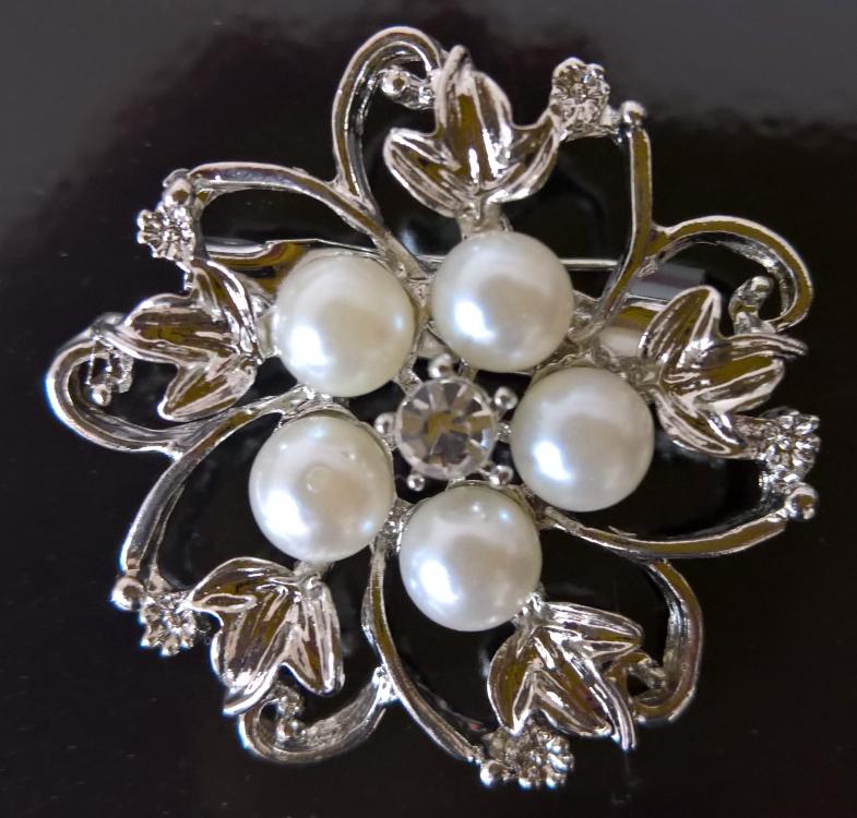 Schmuck zum Anstecken [Valdler Fashion Brosche aus Perlen und Kristall Elegant Blumen Broschenadeln Elfenbein und Silber] im Produkttest